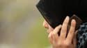 Une femme musulmane en pleine conversation téléphonique.
