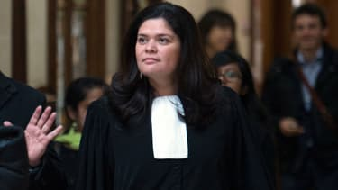 Raquel Garrido en robe d'avocate.