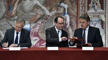 """""""L'industrie a un avenir en France"""", a assuré le président François Hollande, lors de la signature à l'Elysée de l'accord par le directeur général de Safran, Philippe Petitcolin, et le PDG d'Air France-KLM, Alexandre de Juniac."""
