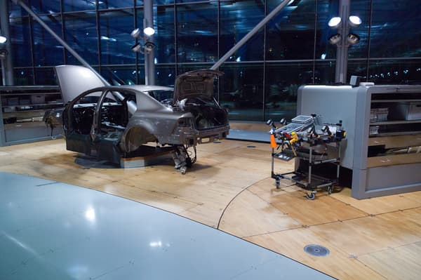 Une fabrication artisanale, à la main, dans des conditions et un cadre idéal pour l'ouvrier: c'était le but de cette méthode de production voulue par Volkswagen.