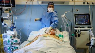 Un malade du Covid-19 en soins intensifs dans un hôpital de Stains en banlieue parisienne le 12 novembre 2020