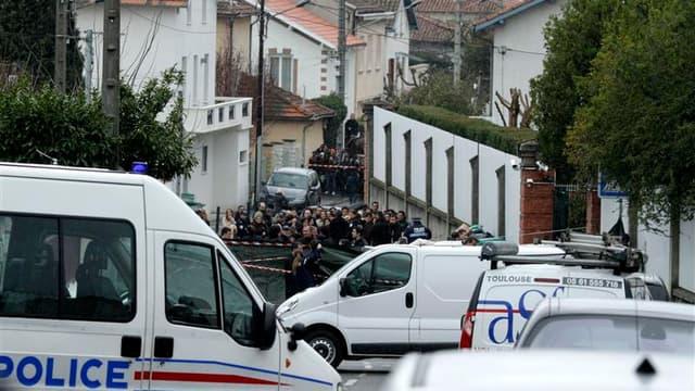 Devant l'école juive Ozar Hatorah à Toulouse où un homme a ouvert le feu lundi matin, tuant un professeur et trois enfants, et blessant gravement un adolescent avant de s'enfuir sur un deux-roues.