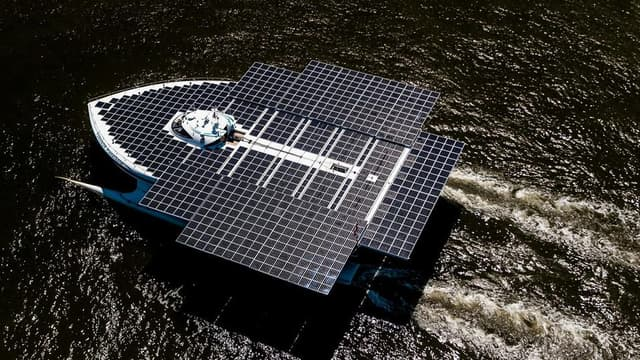 512 m2 de cellules photovoltaiques pour le plus grand bateau solaire au monde: Planet Solar fait escale à Paris.