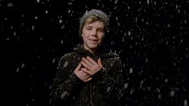 "Cruz Beckham dans le clip de ""If everyday was Christmas""."