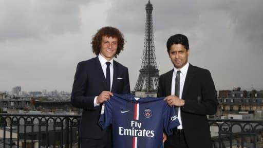 David Luiz (ici en compagnie du président parisien Nasser Al-Khelaïfi) est pour l'instant la recrue la plus chère de la Ligue 1.