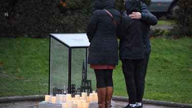 Des personnes se recueillent au mémorial dédié aux victimes de l'attaque du 11 décembre 2018 à Strasbourg, pendant la cérémonie de commémoration du 11 décembre 2019