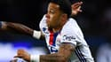 Memphis Depay déborde Serge Aurier contre le PSG, ce dimanche.