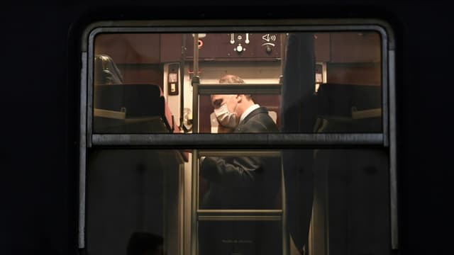 Le Premier ministre Jean Castex visite le train de nuit Paris-Nice à la gare d'Austerlitz à Paris, le 20 mai 2021