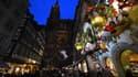 Le marché de noël dans une rue de Strasbourg à côté de la cathédrale le 23 novembre 2019