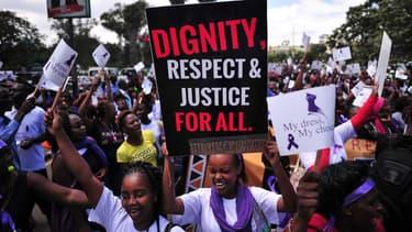 Des Kényanes manifestent pour réclamer justice après l'agression sexuelle d'une femme à un arrêt de bus au début du mois de novembre.