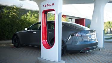 Les nouveaux clients Tesla disposeront chaque année d'un crédit de 400 kWh offerts.