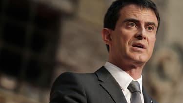 """Manuel Valls a déploré mercredi les """"faux débats"""" autour de la déchéance de nationalité pour les binationaux condamnés pour crimes terroristes, en défendant une mesure d'""""une grande portée symbolique"""" qui """"ne porte pas atteinte au droit du sol, ni à la binationalité - Mercredi 6 janvier 2016"""