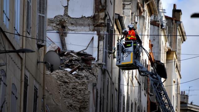 Les secours déblaient les décombres de deux immeubles de la rue d'Aubagne à Marseille qui se sont effondrés, le 8 novembre 2018