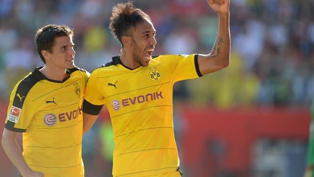 Aubameyang, ici en compagnie de Hoffmann, célèbre le quatrième but de Dortmund.