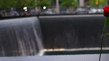 Photo d'une rose déposée au mémorial du 11-Septembre, situé à Ground Zero, à New York, le 15 mai 2014.