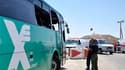 Services médicaux israéliens sur les lieux de l'attaque d'un autocar, au nord de la ville israélienne d'Eilat. L'attaque de plusieurs véhicules qui circulaient dans le sud d'Israël a fait au moins six morts, jeudi, selon un porte-parole des ambulanciers d