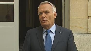 Jean-Marc Ayrault, mercredi, devant Matignon.