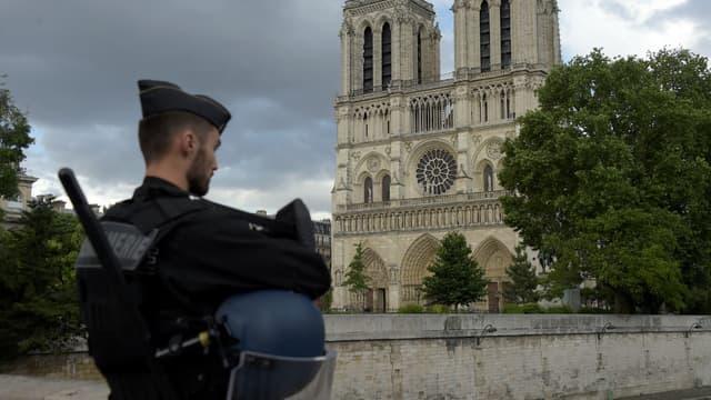 Un gendarme devant Notre-Dame de Paris le 6 juin 2017