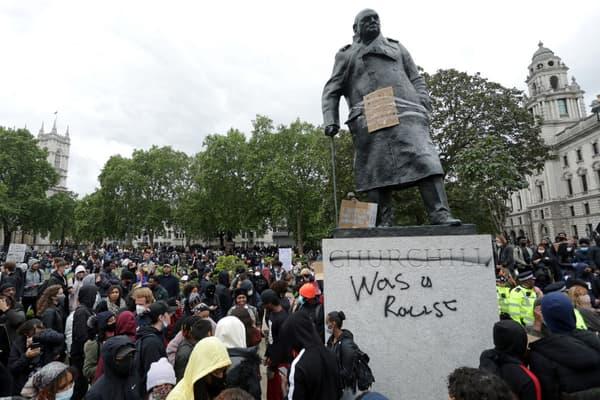 La statue de Winston Churchill ce dimanche à Londres.