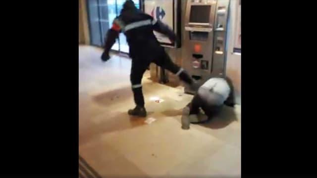 Capture écran de la vidéo prise par un témoin qui a assisté à l'agression d'un SDF en gare d'Amiens le lundi 2 mai 2016.