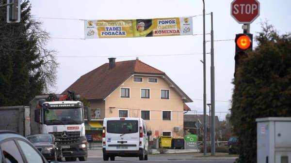 Une banderole célébrant Pogacar à Komenda