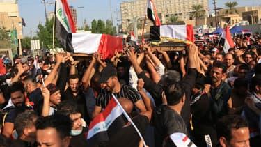 Des Iraniens portent les cercueils de manifestants tués devant le consulat du pays, le 4 novembre 2019
