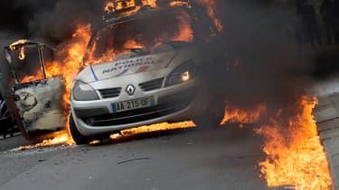 La voiture de police incendiée en mai 2016 quai de Valmy à Paris.