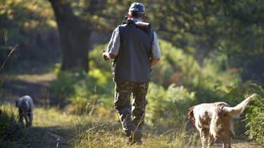 Un homme marche avec son chien lors d'une partie de chasse à Itxassou, en France, le 11 septembre 2016. (photo d'illustration)