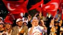 """Partisans du Premier ministre turc Recep Tayyip Erdogan, à Istanbul. Le """"oui"""" l'a emporté par 58% des voix au référendum de dimanche sur une série d'amendements à la Constitution turque, ce qui a conduit Erdogan à dire que son pays venait de franchir une"""
