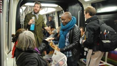 """Le collectif """"Les ptits cafés du métro"""" distribue des cafés dans les rames parisiennes."""