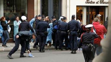 Une quarantaine d'infirmiers anesthésistes ont brièvement manifesté mercredi devant le portail du Palais de l'Elysée pour réclamer une meilleure reconnaissance professionnelle. /Photo prise le 12 mai 2010/REUTERS/Benoît Tessier
