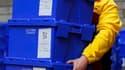Le Parti travailliste, au pouvoir en Grande-Bretagne depuis treize ans, comble une partie de son retard sur les conservateurs dans un sondage publié mercredi, à la veille d'un scrutin dont l'issue repose sur les indécis. /Photo prise le 5 mai 2010/REUTERS