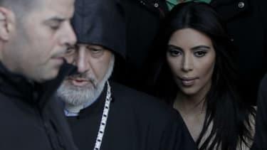 Kim Kardashian a été agressée dans son hôtel particulier à Paris par cinq hommes déguisés en policier.