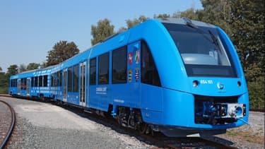 Alimenté par une pile à combustible dans laquelle l'hydrogène est transformé en énergie électrique, le train Coradia iLint émet uniquement de la vapeur d'eau et de l'eau condensée.