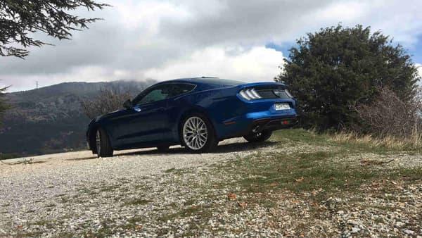 En Europe, la Mustang reste une grande voiture, avec 4,78 mètres de longueur, pour presque 2 mètres de large.