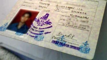 Le passport népalais d'un homme.