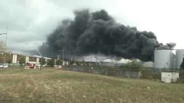 Un spectaculaire incendie était toujours en cours ce jeudi matin dans une usine Lubrizol classée Seveso à Rouen. Il n'a pas fait de victime mais la préfecture a pris d'importantes mesures de protection des habitants.