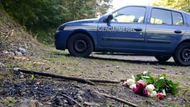 Un bouquet de fleurs déposé à l'endroit où a eu lieu la tuerie qui a fait quatre morts dans les Alpes françaises