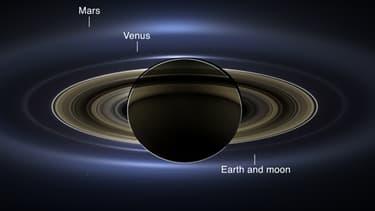 Sur ce nouveau cliché pris par la sonde Cassini de la Nasa, Saturne apparait, tout comme la Terre, la Lune, Mars et Venus.