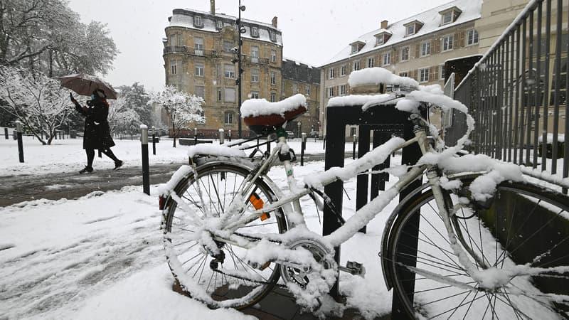 """Neige en Alsace: """"un peu moins"""" de 2000 foyers toujours privés d'électricité"""