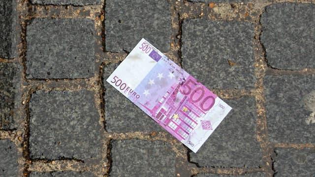 Selon des «sources bancaires», Reuters précise que dès 2018, l'impression et la distribution de ces coupures dans les distributeurs et en agences s'arrêteront.