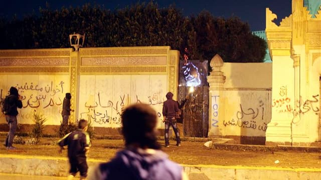Manifestants près du palais présidentiel du Caire. Des affrontements ont éclaté lundi dans la capitale égyptienne entre policiers et manifestants qui réclamaient le départ du président Mohamed Morsi, à l'occasion du deuxième anniversaire de la chute de so