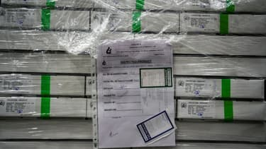 Des cartons contenant des flacons du vaccin AstraZeneca-Oxford dans une pièce de stockage réfrigérée à l'Institut Serum, le 22 janvier 2021 à Pune, en Inde
