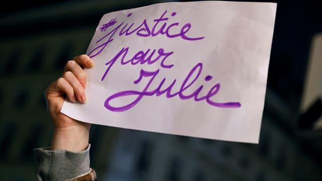 """Plus de 300 personnes se sont réunies dimanche place Saint-Michel en soutien à """"Julie"""""""