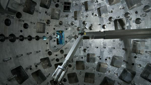 L'intérieur de la chambre, où des robots ajustent très précisément la cible avant le tir