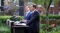 Le nouveau Premier ministre britannique David Cameron (à droite) et son vice-Premier ministre Nick Clegg, lors de leur première conférence de presse commune. Conservateurs et libéraux démocrates ont présenté l'équipe et les principaux objectifs du premier