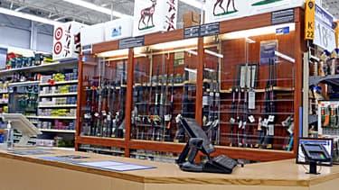 Un stand de vente d'armes dans un Walmart aux Etats-Unis