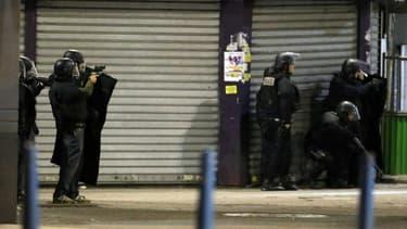 L'assaut se poursuit à Saint-Denis où plusieurs terroristes s'étaient retranchés dans un appartement du centre ville.