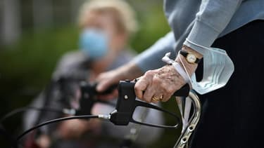 Une vielle femme dans un  EHPAD à Saint-Maur-des-Fosses, près de Paris le 7 juin 2020