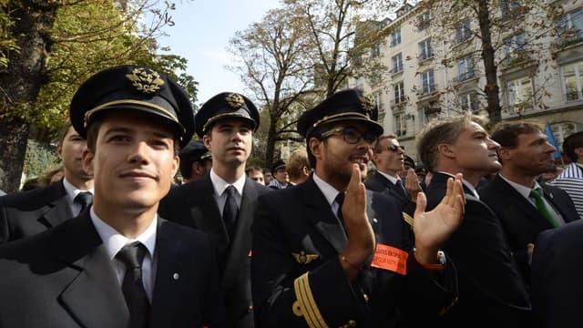 Les pilotes d'Air France, lors d'une manifestation mardi 23 septembre, à proximité de l'Assemblée nationale.